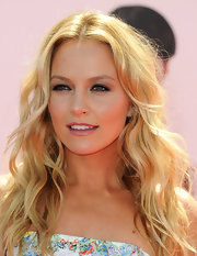Becki Newton arrived at the premiere of 'The Three Stooges' wearing her layered golden mane in long loose waves.