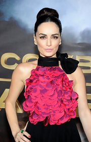 Ana de la Reguera wore a dark locks in a classic high bun at the 'Cowboys & Aliens' premiere.