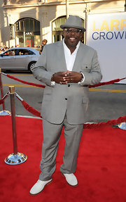 Cedric the Entertainer looked cool yet stylish in a gray suit, fedora, and white shoes.