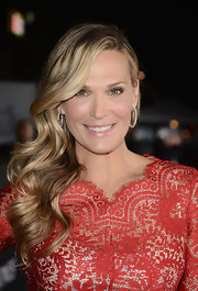 Molly Sims brushed her hair back behind her ear for retro-glam curls.