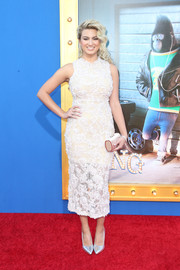 A pearlescent tube clutch finished off Tori Kelly's ensemble.