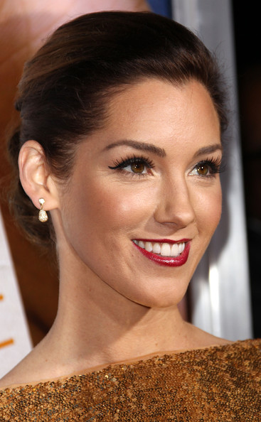 Carly Craig paired her gold sequin dress with dangling gilded earrings.
