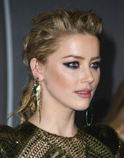 Amber Heard rocked mismatched accessories at the premiere of 'Aquaman.' On her right earlobe, she wore a gold feather-motif earring.