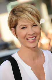 Jenna Elfman looked lovely wearing just a hint of pretty pink lipstick at the premiere of 'Horrible Bosses.'