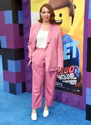 Maya Rudolph styled her look with a pair of simple white pumps.