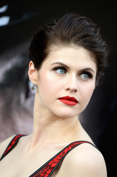 Alexandra Daddario finished off her look with a striking red lip.