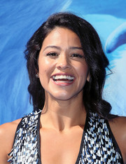 Gina Rodriguez opted for a loose side-parted hairstyle when she attended the premiere of 'Smallfoot.'