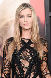 Joanna Krupa attended the premiere of 'Unforgettable' wearing a simple yet stylish layered cut.