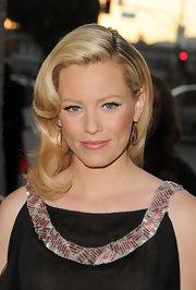 Elizabeth Banks punctuated her Prada frock with a side swept 'do. The look was sheer Old Hollywood glamor.