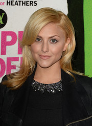 Cassie Scerbo wore her hair in gorgeous feathered layers during the 'Vampire Academy' premiere.