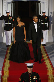 Michelle Obama wore a black, off-the-shoulder mermaid gown by Vera Wang. The gown was fitted, with sheer sleeves and a tulle skirt.