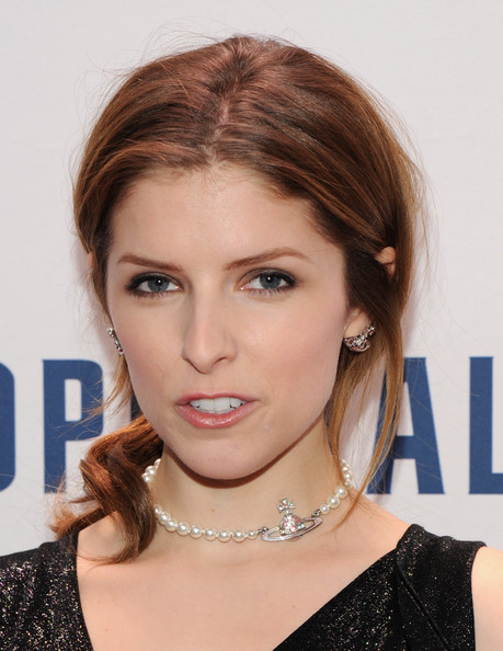 Anna Kendrick contrasted her edgy 'do with a ladylike pearl necklace.