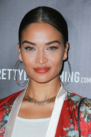 Shanina Shaik paired her 'do with thin gold hoops.