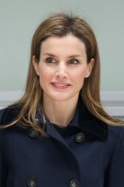 Princess Letizia went to the Forum Against Cancer wearing a simple straight hairstyle.