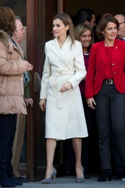 Princess Letizia looked very classy all the way down to her gray suede peep-toes.