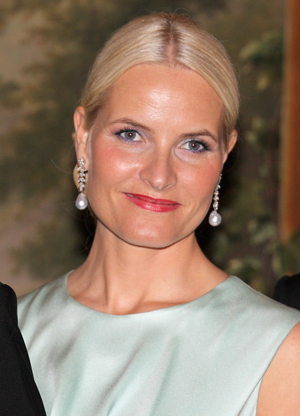 Princess Mette-Marit Chignon [hair,face,hairstyle,blond,eyebrow,lip,chin,beauty,skin,shoulder,mette-marit,charles,norway,duchess of cornwall,oslo,norwegian royal palace,prince of wales,prince of wales,tour,dinner]