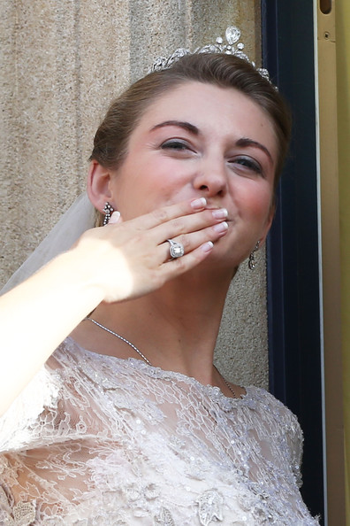 Princess Stephanie of Luxembourg Engagement Ring [hair,face,bridal accessory,skin,eyebrow,bride,lady,lip,beauty,head,guillaume of luxembourg stephanie de lannoy - official ceremony,stephanie,prince,belgian countess,crowds,kiss,luxembourg,balcony,wedding,wedding ceremony]
