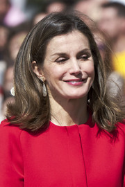 Queen Letizia accessorized with a pair of teardrop earrings.