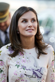 Queen Letizia of Spain sported a straight 'do with an off-center part and flippy ends at the AECC event in Madrid.