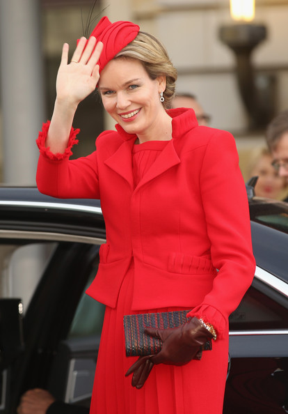 Queen Mathilde of Belgium Woven Clutch [red,clothing,street fashion,fashion,lady,beauty,outerwear,blazer,jacket,dress,mathilde of belgium,philippe,onlookers,queen,waves,berlin,adlon hotel,germany,visit,conference]
