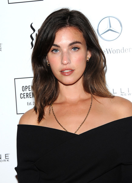 Rainey Qualley Medium Wavy Cut