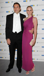Lara looked stunning in a one-shoulder fuchsia draped gown. She topped her look off with simple sandals.