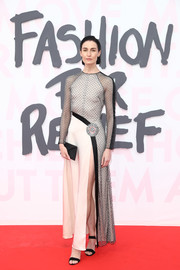 Erin O'Connor topped off her look with a simple black envelope clutch.