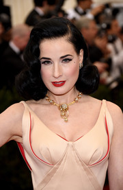 For an ultra-glam finish, Dita Von Teese accessorized with a gorgeous gold and diamond statement necklace.