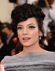 Lily Allen finished off her look with an exotically elegant cat eye.
