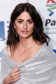 Penelope Cruz stuck to her usual loose center-parted waves when she attended the 2018 Union de Actores Awards.