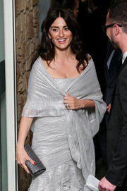 Penelope Cruz sported an all-silver clutch, dress, and shawl combo at the 2018 Union de Actores Awards.