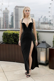Jennifer Lawrence's black Versace dress at the 'Red Sparrow' photocall was all sorts of sexy with its plunging neckline, form-fitting silhouette, and high side slit!