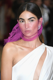 Lily Aldridge went minimal at the Met Gala with this center-parted 'do, but jazzed it up a bit with a sheer purple fabric that wound all around her head.