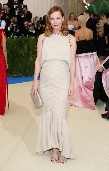 Leslie Mann complemented her dress with a beaded gold purse by Chanel.