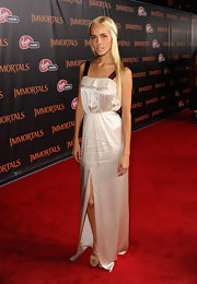 Isabel Lucas paired her satin gown with nude strappy sandals.