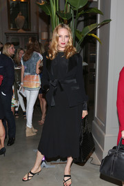 Uma Thurman topped off her all-black ensemble with an elegant quilted bag.