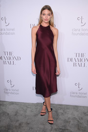 Martha Hunt completed her look with a pair of bowed velvet sandals by Stuart Weitzman.