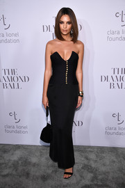 Emily Ratajkowski matched her gown with a black velvet pouch.