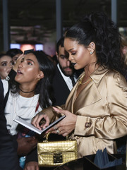 Rihanna carried an elegant gold purse by Stalvey at the Fenty Beauty Artistry event in Dubai.