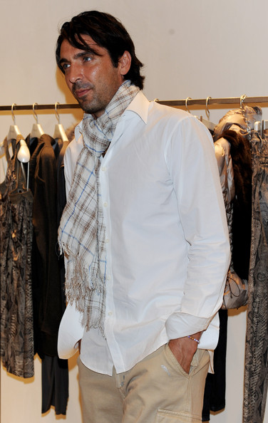 Gianluigi Buffon's white button-down shirt and patterned scarf were a snazzy combination.