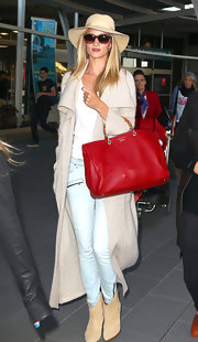 Rosie rocked a dark red leather tote with bamboo handles while traveling to Sydney.