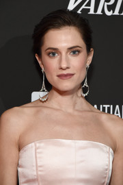 Allison Williams rounded out her elegant look with a pair of dangling gemstone earrings by Fernando Jorge.
