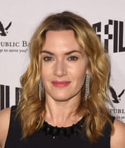 Kate Winslet accessorized with a pair of diamond chandelier earrings.