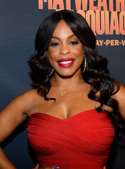 Niecy Nash attended the Mayweather vs. Pacquiao pre-fight party wearing a sweet wavy hairstyle.