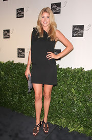 Doutzen's long hair looks great resting on her shoulders, on top of her black dress.