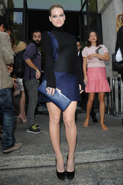 Alice Eve teamed a blue snakeskin clutch with a mini dress and platform pumps for the Salvatore Ferragamo fashion show.