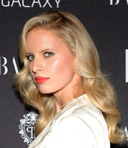 Karolina Kurkova perked up her beauty look with a bold red lip.