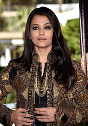 Aishwarya Rai left her hair loose with a side part and barely-there waves for the 'Sarbjit' photocall.