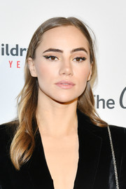 Suki Waterhouse spiced up her beauty look with a modern cat eye.