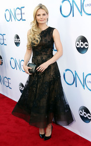 Sticking to an all-black theme, Jennifer Morrison accessorized with an elegant hard-case clutch.